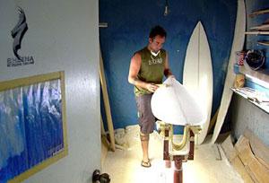 Igor Havenga na antiga sala do saudoso Shena, no Hawaii. Foto: Arquivo pessoal Havenga - Fonte:waves.com.br